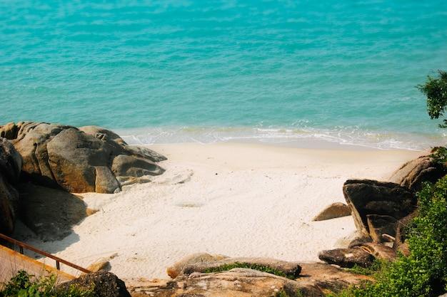 Rocce sulla costa della thailandia.