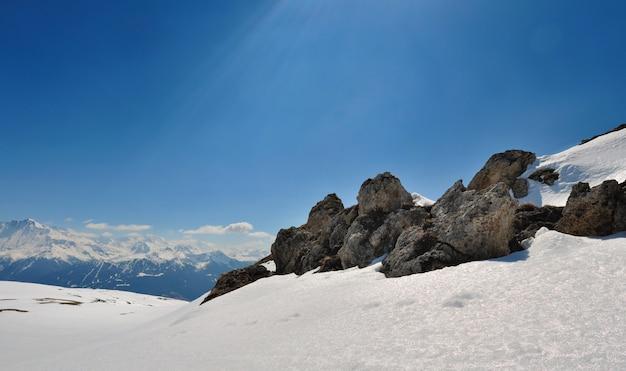 Rocce sulla neve in montagna