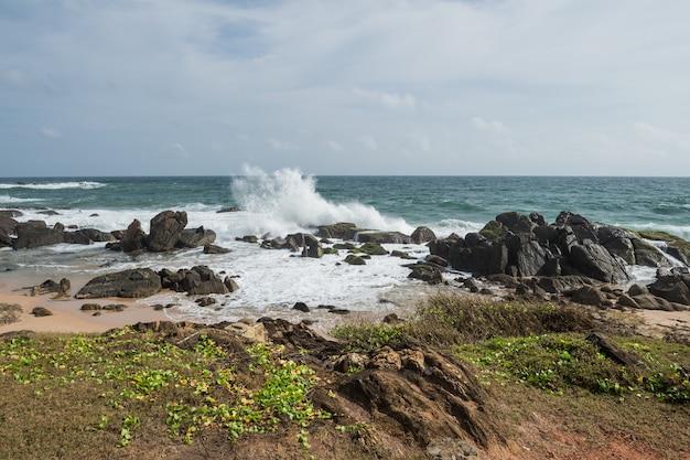 Rocce sulla riva dell'oceano indiano, galle, sri lanka