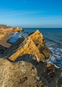 Rocce vicino alla costa del mar nero