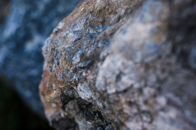 Roccia di fronte a uno sfondo sfocato