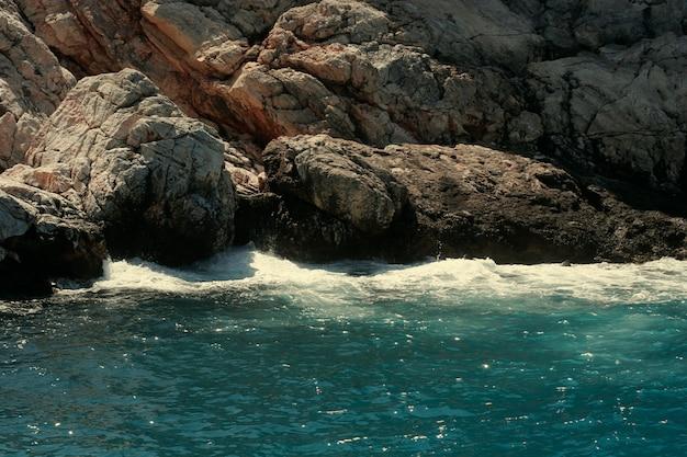 Roccia, mare e onde in turchia