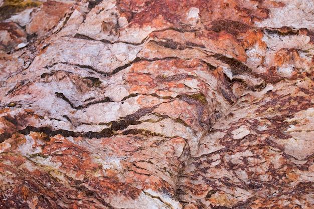 Roccia trama con depositi di minerale di ferro e rame