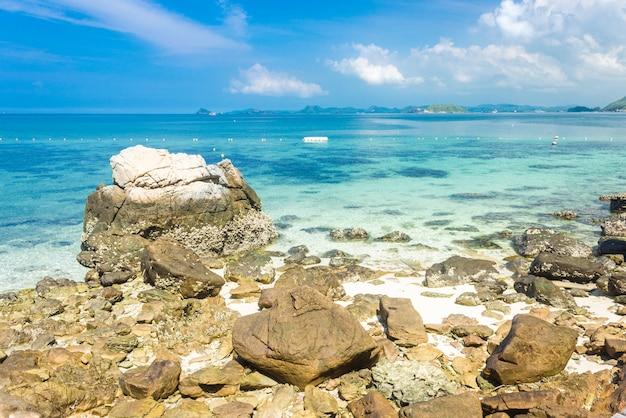 Roccia tropicale dell'isola sulla spiaggia con cielo blu. koh kham pattaya