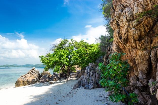 Roccia tropicale dell'isola sulla spiaggia con cielo blu. koh kham