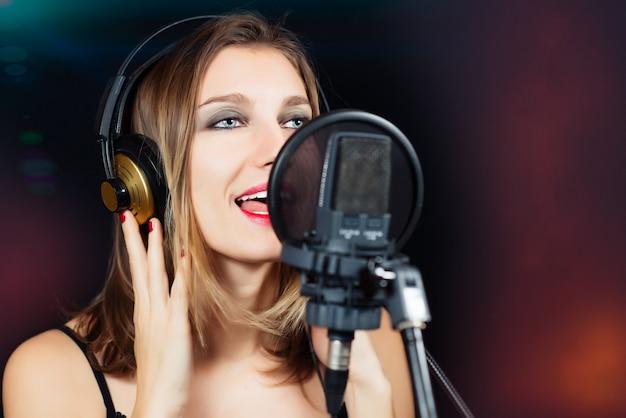 Rock star in studio di registrazione