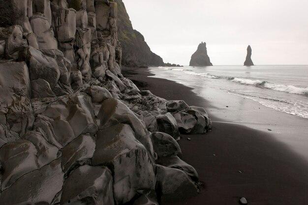 Rockface lungo la spiaggia in una giornata nuvolosa