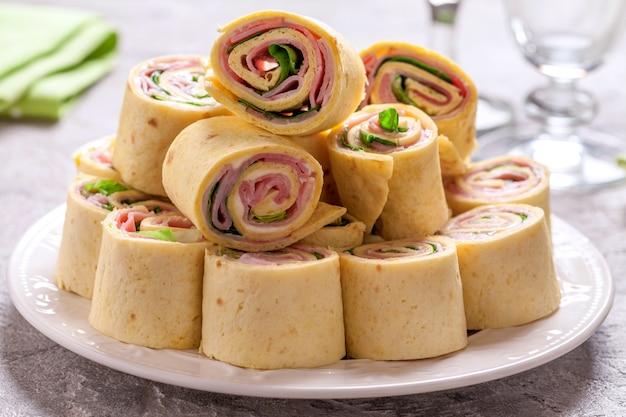 Roll up di tortilla con prosciutto, crema di formaggio e lattuga