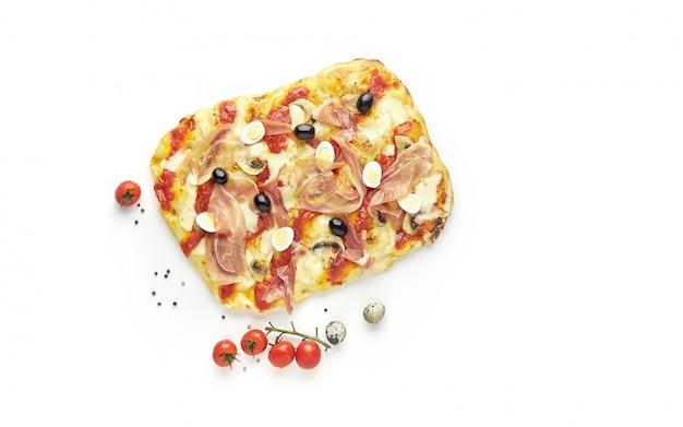 Roma piazza pizza o pinza con prosciutto italiano isolato su sfondo bianco, vista dall'alto
