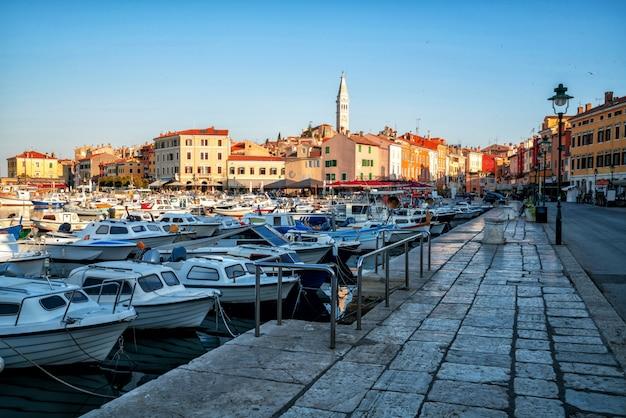 Romantica città vecchia di rovigno in croazia, europa.