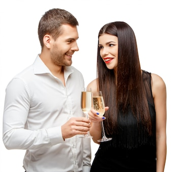 Romantica coppia di capodanno brindando con lo champagne.