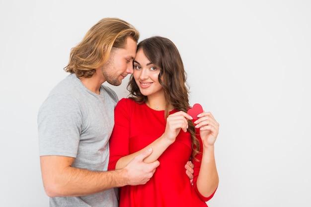 Romantica giovane coppia isolato su sfondo bianco