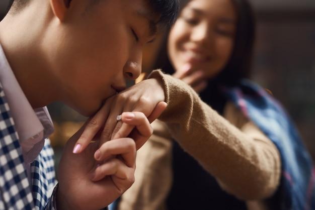 Romantica proposta di fidanzata innamorata ha detto sì.
