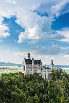 Romantico castello di neuschwanstein in germania, baviera. vista dal ponte di maria. architettura neoromanica. giornata di sole, cielo nuvoloso