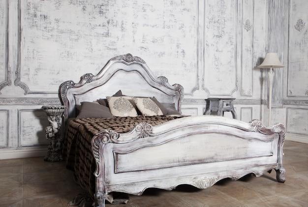 Romantico letto in legno