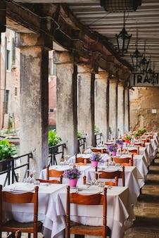 Romantico ristorante all'aperto a venezia. ristorante con vino e caffè a venezia.