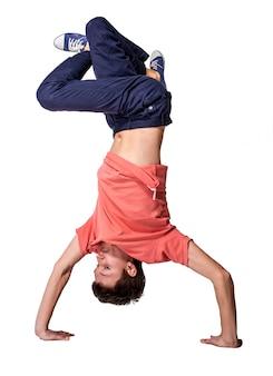 Rompa il ballerino che fa il verticale contro il fondo bianco