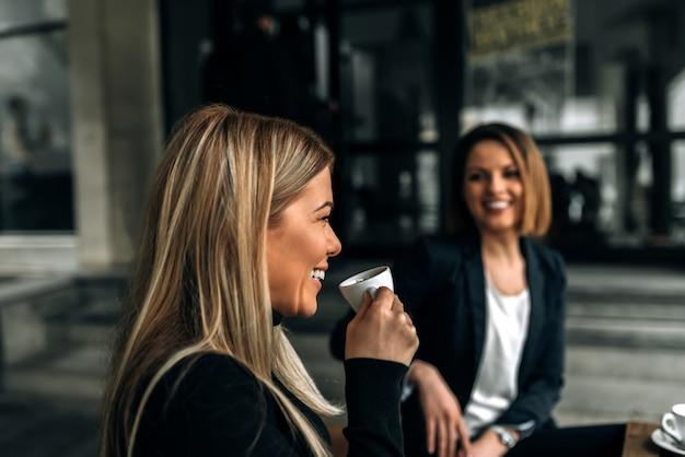 Rompere dal lavoro. bere caffè con un collega.