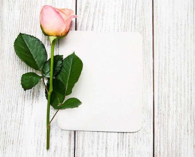 Rosa rosa e biglietto di auguri