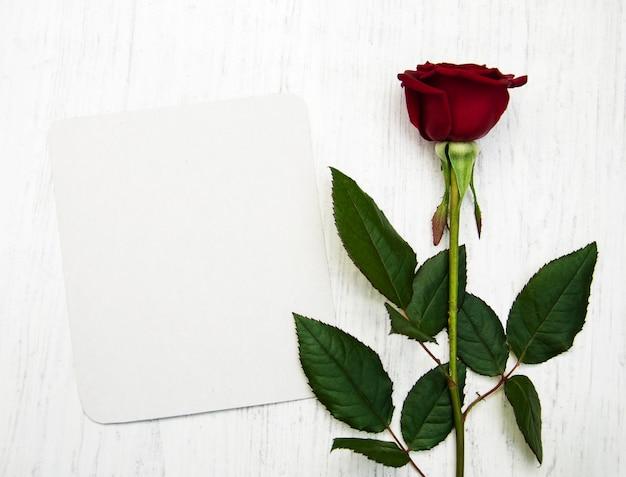 Rosa rossa e biglietto di auguri