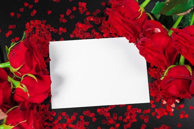 Rosa rossa e carta regalo vuota per il testo