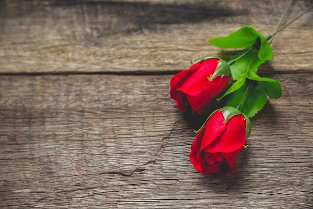 Rosa rossa sul tavolo di legno