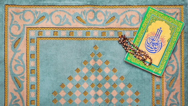 Rosario e tappetino da preghiera per musulmani