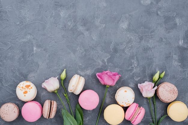 Rose con macarons e copia spazio