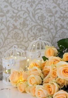 Rose di pesca con ghirlande e cellule decorative