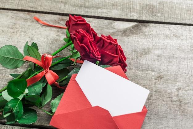 Rose e cuori sul bordo di legno, giorno di san valentino