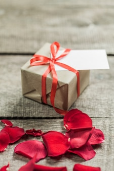 Rose e cuori sul bordo di legno, san valentino