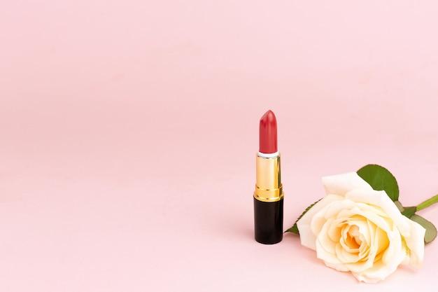 Rose e un rossetto rosso