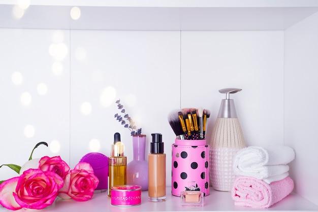Rose fresche e vari oggetti usati nei trattamenti termali per il romantico giorno di san valentino