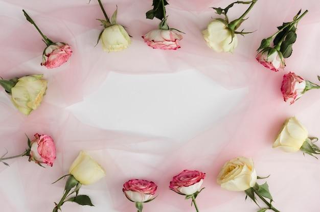 Rose romantiche decorative che circondano lo spazio della copia