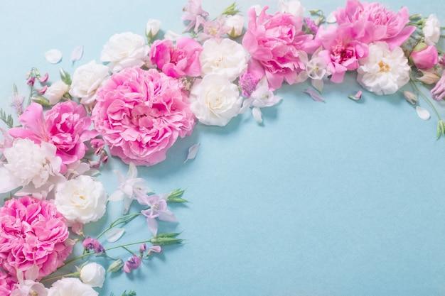 Rose rosa e bianche su fondo di carta