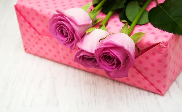 Rose rosa e scatola regalo