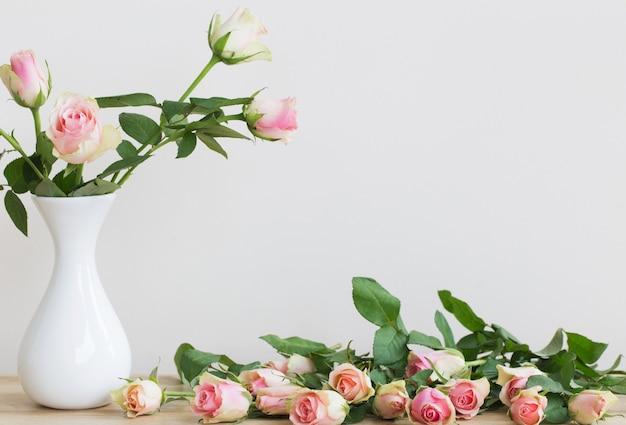 Rose rosa in vaso su bianco