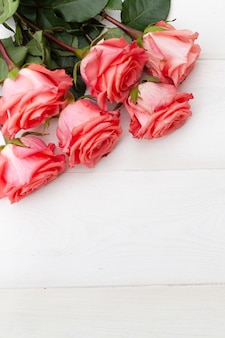 Rose rosa su fondo di legno bianco