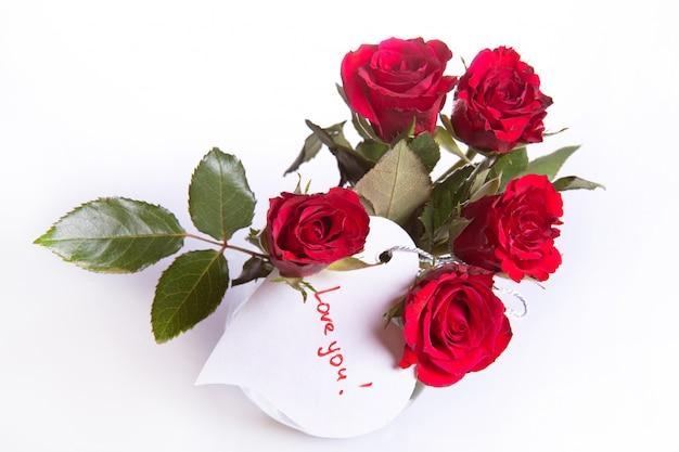 Rose rosse con cuore bianco
