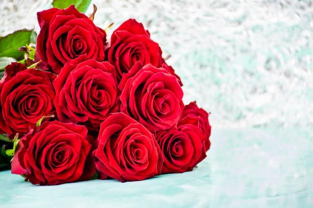 Rose rosse. copia spazio. 8 marzo festa della mamma