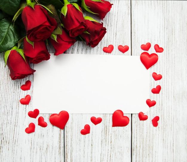 Rose rosse e biglietto di auguri