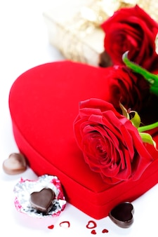 Rose rosse e cuori per san valentino