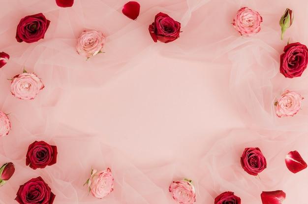 Rose rosse e rosa copiano lo spazio