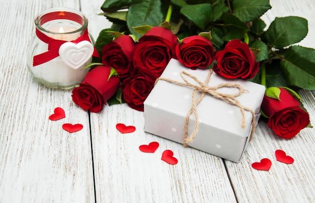 Rose rosse e scatola regalo