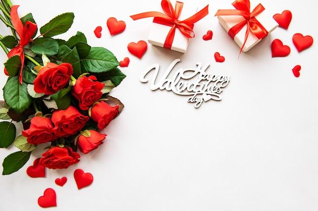 Rose rosse e scatole regalo