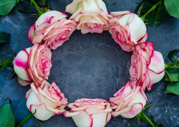 Rose su fondo di marmo scuro