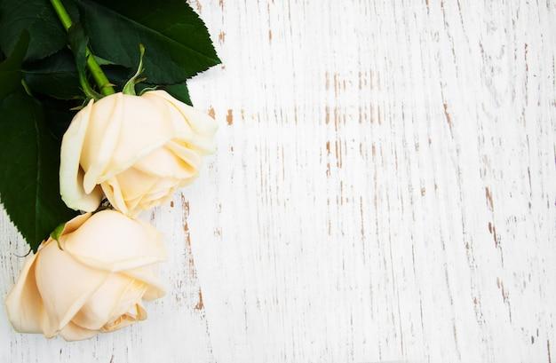 Rose su un tavolo di legno