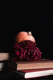 Rose sui libri con spazio di copia