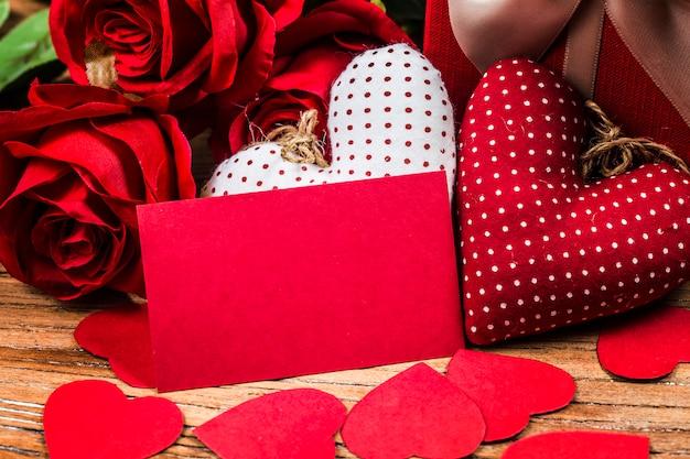 Rose sul bordo di legno, fondo di giorno di biglietti di s. valentino