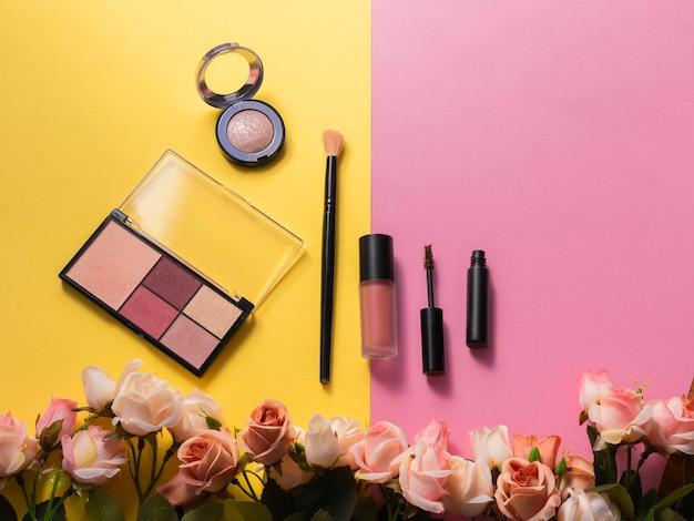 Rossetto, tavolozza, evidenziazione, mascara e pennello su giallo